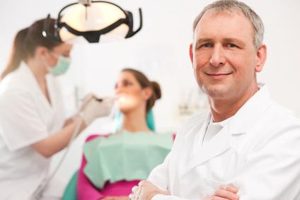 Zahnarzt in seiner Praxis